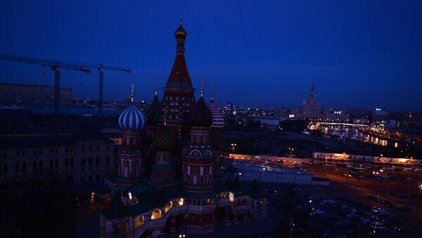 Вид на Храм Василия Блаженного после отключения подсветки в рамках экологической акции Час Земли в Москве.