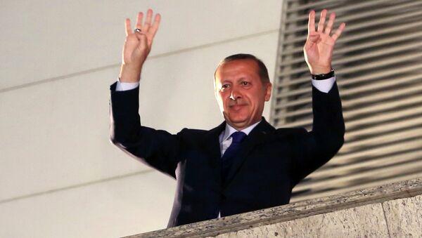 Премьер Турции Реджеп Тайип Эрдоган приветствует сторонников. Архивное фото