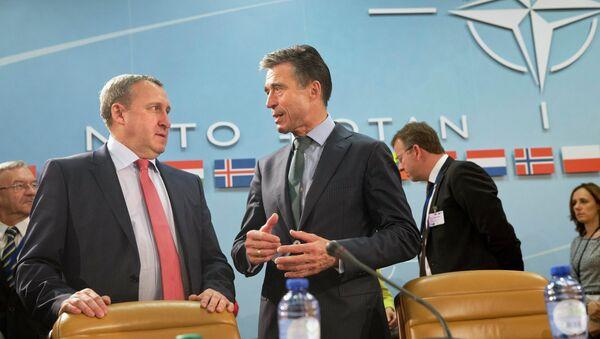 Генсек НАТО Андерс Фог Расмуссен и .о. главы МИД Украины Андрей Дещица на встрече в Брюсселе