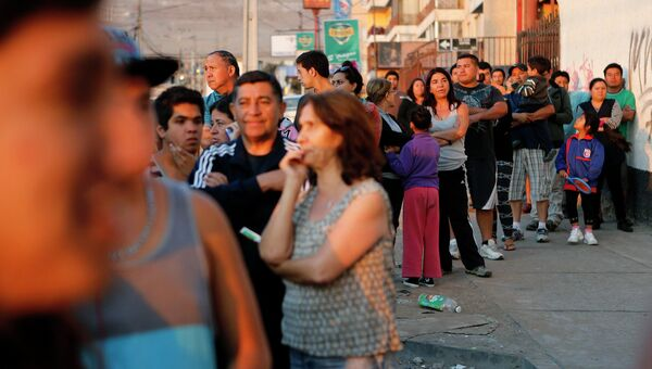 Жители чилийского города Икике пострадавшего от землетрясения