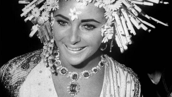Элизабет Тэйлор с драгоценностями Bulgari на маскараде в Венеции
