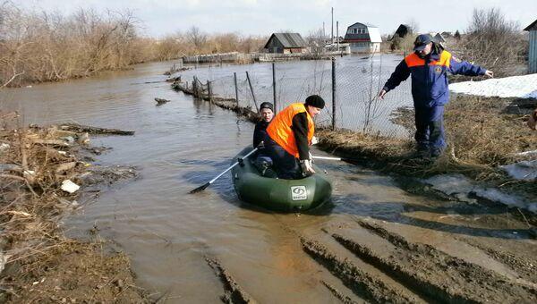 Спасатели эвакуировали женщин с дачи под Томском, где подтопило дорогу