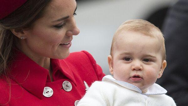Герцогиня Кембриджская Кейт с сыном принцем Джорджем во время поездки в Новую Зеландию