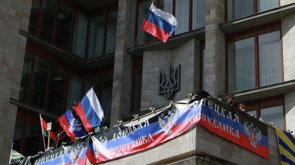 Российский флаг на здании Донецкой областной администрации