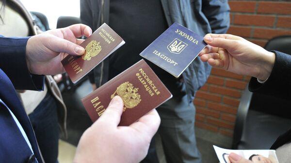 Оформление российских паспортов. Архивное фото