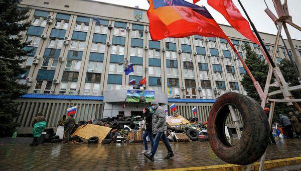 Баррикады возле здания областного управления Службы Безопасности Украины в Луганске. 11 апреля 2014
