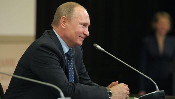 Владимир Путин принял участие в заседании попечительского совета РГО. Архивное фото