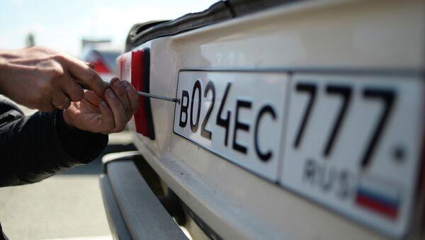 Выдача новых номерных знаков в Симферополе, архивное фото