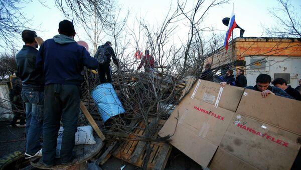 Сторонники федерализации Украины строят баррикады около ворот аэропорта Краматорска