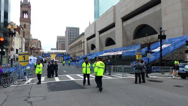 Сотрудники полиции Бостона в день годовщины теракта на международном марафоне. Архив