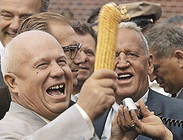 Первый секретарь ЦК КПСС Никита Хрущев и Росуэлл Гарст во время визита Хрущева на ферму Garst, штат Айова, США, сентябрь 1959 года