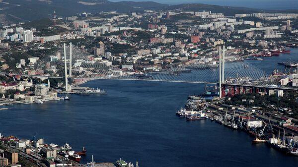Вид на вантовый мост через бухту Золотой Рог во Владивостоке. Архивное фото