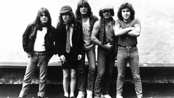 Группа AC/DC, 1980-е: Малькольм Янг, Ангус Янг, Клифф Уильямс, Брайан Джонсон, Саймон Райт
