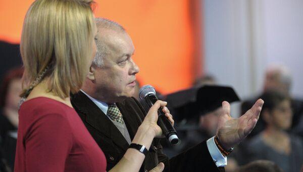 Дмитрий Киселев задает вопрос во время ежегодной специальной программы Прямая линия с Владимиром Путиным