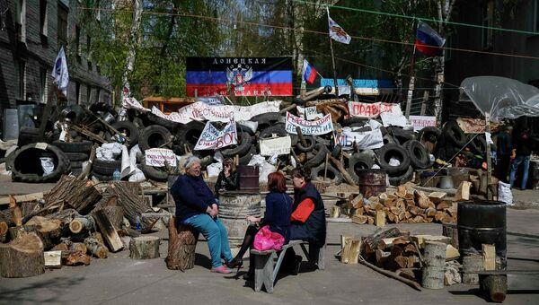Люди около баррикад, построенных сторонниками федерализации Украины в Славянске