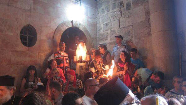 Некоторые верующие умываются Благодатным огнем
