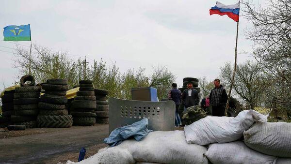 На месте стрельбы на блокпосту при въезде в Славянск