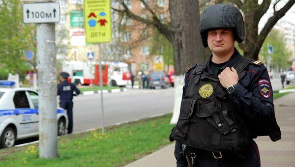 Сотрудник правоохранительных органов рядом со зданием банка Западный в Белгороде