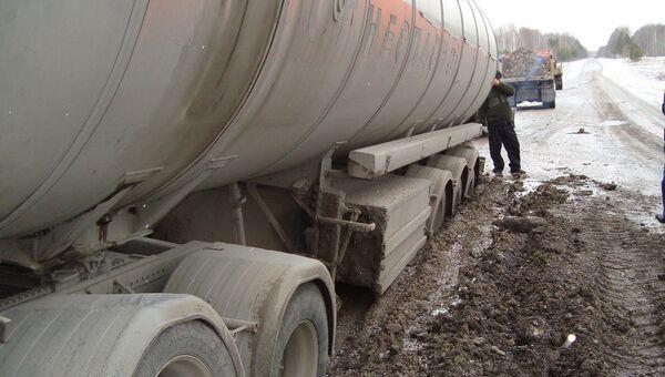 Цистерна с мазутом провалилась в яму на дороге в Томской области