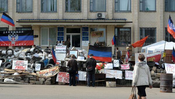 Баррикады у входа в здание горсовета в Краматорске, архивное фото