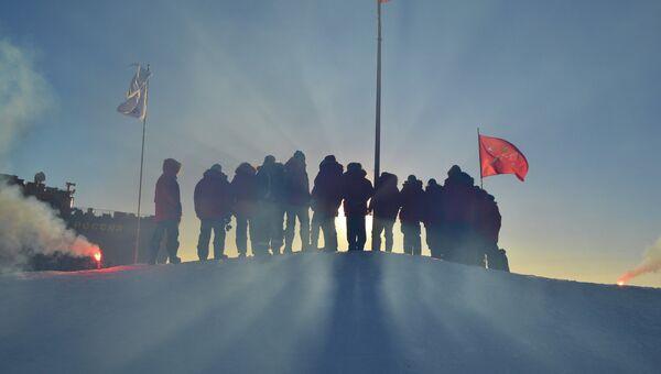 Российские полярники, прибывшие в Арктику для развертывания новой дрейфующей станции. Архивное фото