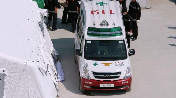 Южнокорейские спасатели возле автомобиля скорой помощи