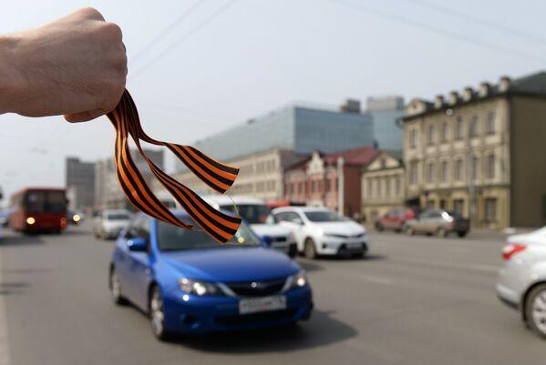 Раздача георгиевских ленточек в Казани