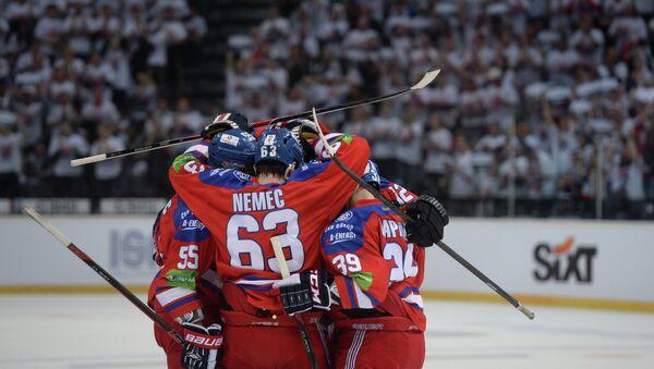 Хоккеисты Льва празднуют шайбу.