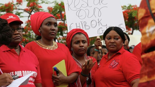 Сотни одетых в красное женщин прошли маршем по улицам столицы Нигерии Абуджи. Фото с места события