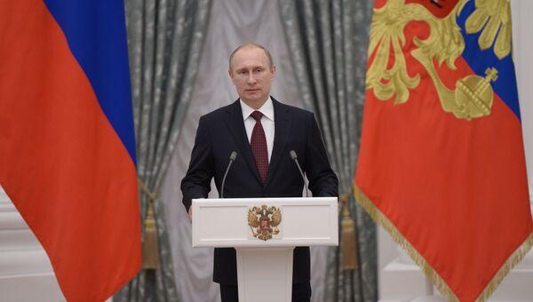 Президент России Владимир Путин вручил в Кремле золотые медали Герой Труда