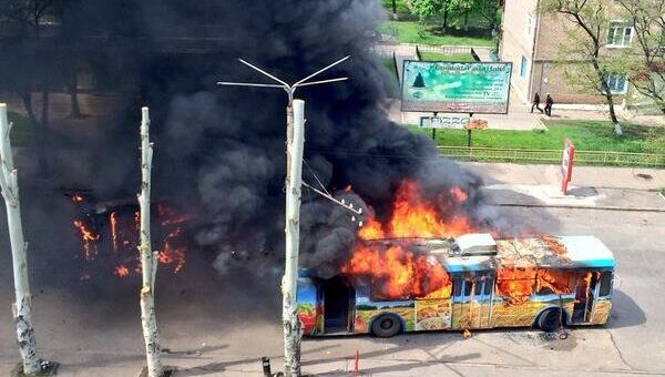 Горящий троллейбус на улице Социалистической в Краматорске