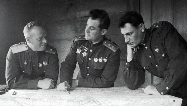 Генерал-лейтенант Иван Черняховский (в центре) с офицерами в штабе 60-ой армии. Архивное фото