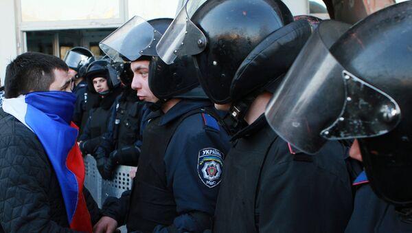 Сотрудники МВД Украины и сторонник федерализации. Архивное фото