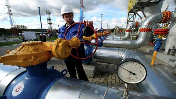 Работник Газпрома на газохранилище, архивное фото