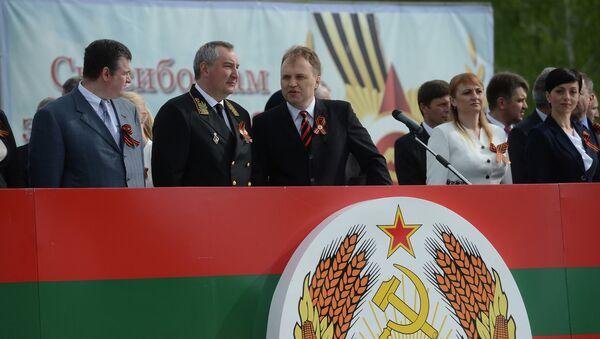 Дмитрий Рогозин и Евгений Шевчук во время торжественных мероприятий посвященных Дню Победы в Приднестровье