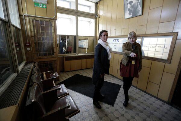 Гид проводит экскурсию по музею КГБ в Риге