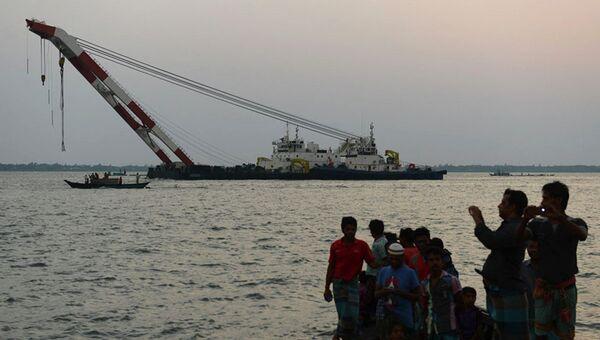 Спасательное судно у затонувшего парома Мираж-4 в Бангладеш