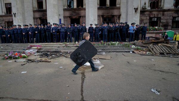 Ребенок гуляет возле сгоревшего здания Дома профсоюзов в Одессе