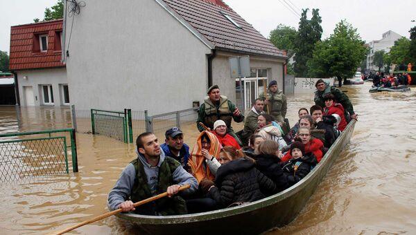 Эвакуация людей во время наводнения в сербском городе Обреновец