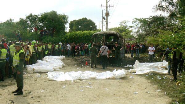 Полиция работает на месте возгорания автобуса в Колумбии