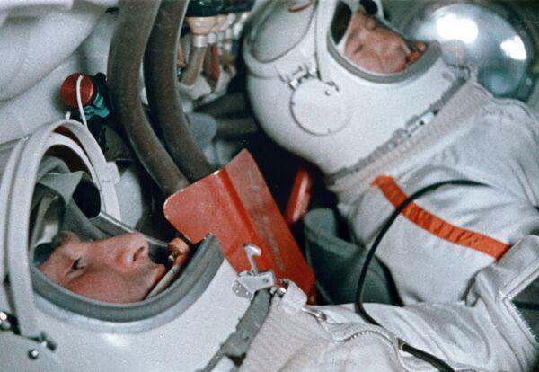Кадр из фильма Человек вышел в космос