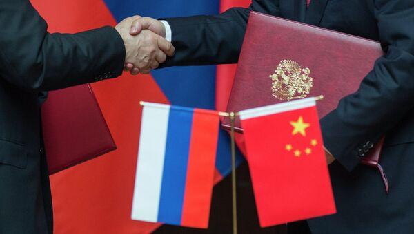 Флаги РФ и КНР. Архивное фото