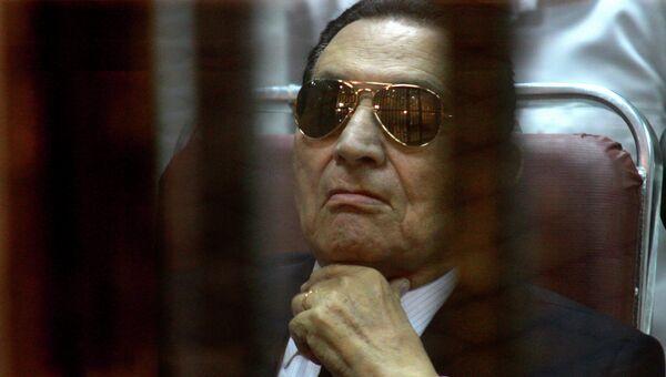 Экс-президент Египта Хосни Мубарак в зале суда, архивное фото