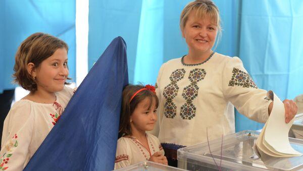 Избиратели во время голосования на внеочередных выборах президента Украины