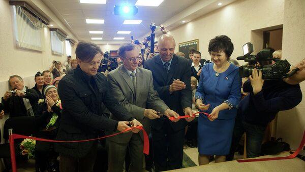 Сергей Безруков и Николай Бурляев на открытии кинозала в школе под Томском