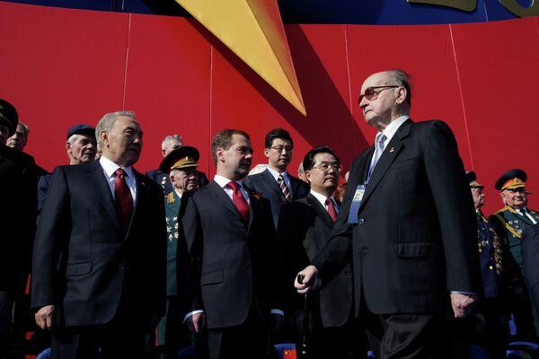 Войцех Ярузельский, Нурсултан Назарбаев и Дмитрий Медведев на параде по случаю 65-летия Победы в ВОВ