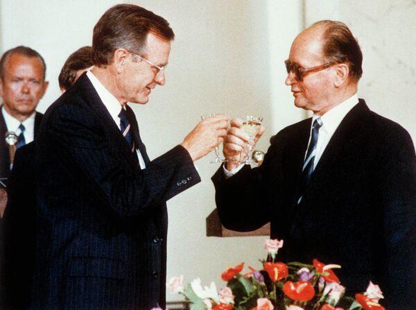 Президент США Джордж Буш-старший и президент Польши Войцех Ярузельский во время официальной встречи в Варшаве