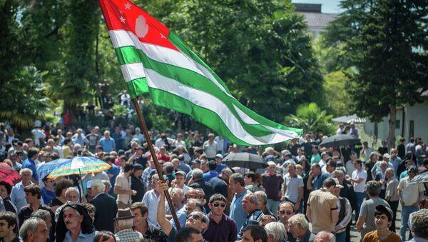 Сторонники оппозиции около здания администрации президента Абхазии. Архивное фото