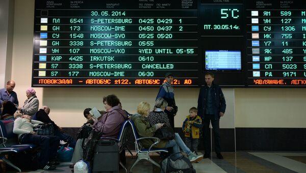 Пассажиры в зале прилета терминала А аэропорта Толмачево. Архивное фото