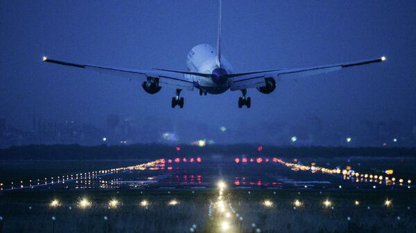 Самолет во время посадки в аэропорту. Архивное фото